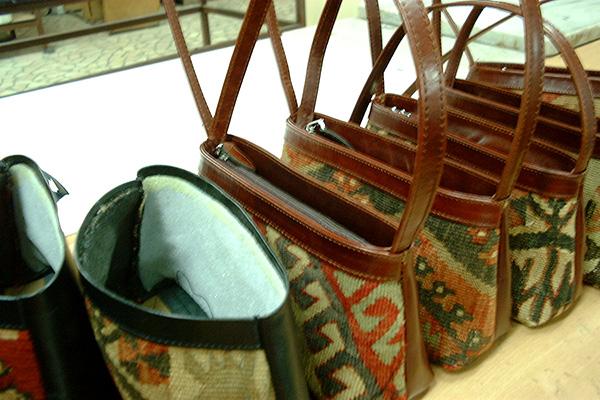 縫製中のキリムバッグ