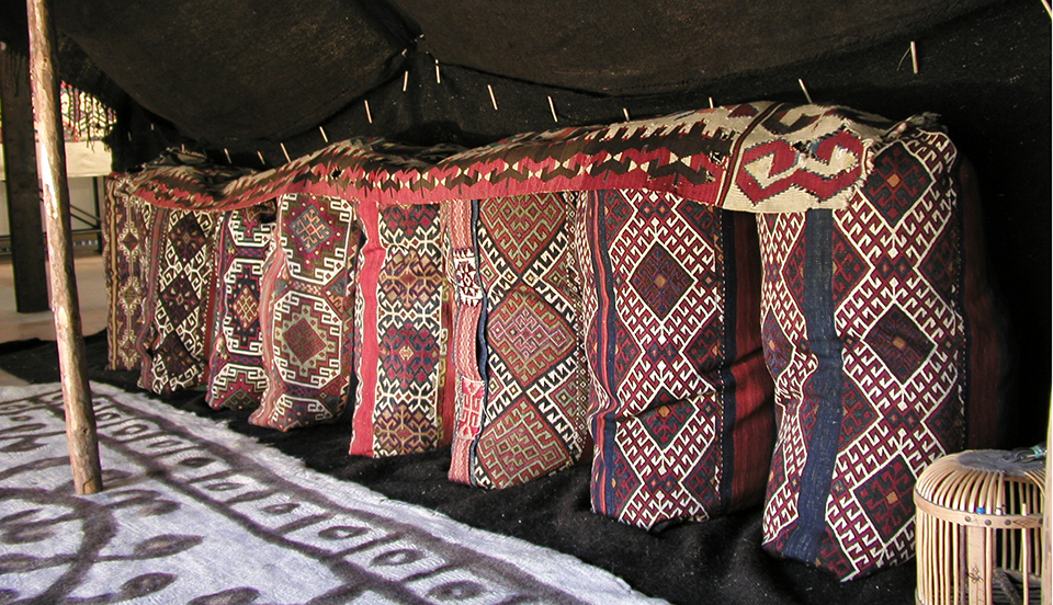 テントの中に並べられたチュアルキリム
