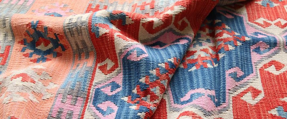 新しく織られたキリム